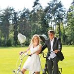 Anja in Peter sta pri poročnih opravah prisegla na športno eleganco, Anja je tako izbrala italijansko modno znamko Kocca, Peter pa kreacijo Sens slovenske oblikovalke Zlate Zavašnik. (foto: Barbara Zajc)