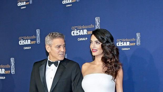 George je bil  zadnje tedne  nenehno ob  Amal, saj ni  hotel zamuditi  trenutka, ko  bi morala v  porodnišnico.  (foto: Profimedia)