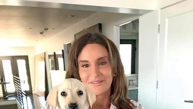 Caitlyn je s svojo knjigo  šokirala in razjezila  družino. Na sliki z  novim kužkom Bertho. (foto: Profimedia)