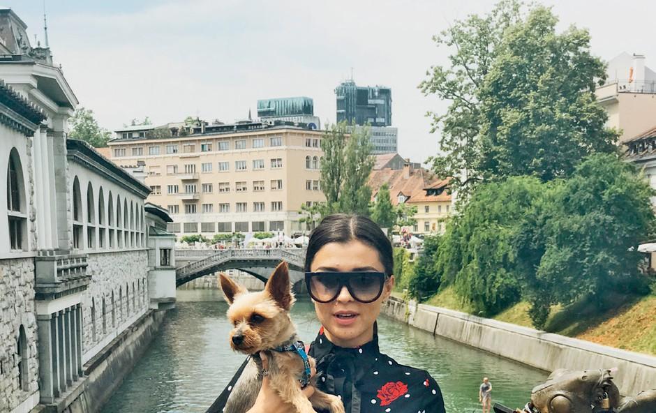 V Ljubljani ji je  družbo delal njen  psiček yorkshirski  terier Phoenix,  s katerim je pozirala  tudi za svoj blog. (foto: osebni arhiv)
