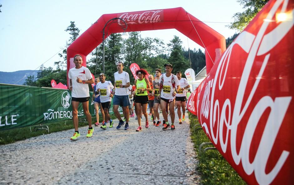 Tekači Coca-Cole na ogrevanju z Romanom Kejžarjem. (foto: Matic Bajželj)