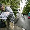 Brezdomec Ivan na ulici prodaja revijo Kralji ulice.