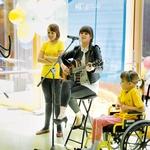 Pevka Ditka je zapela skupaj z deklicama iz URI – Soča. (foto: Mediaspeed)