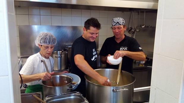 Luka Jezeršek nesebično in srčno priskočil na pomoč, ko so v času dopustov »ostali« brez kuharja (foto: Pod strehco Press)