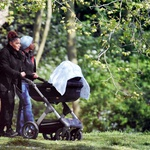 Sprehod: Čeprav velja za eno od večjih svetovnih zvezdnic, se na sprehod s svojim dojenčkom odpravi sama, v spremstvu varuške.  (foto: Profimedia)