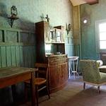 Ena od sob za glavo hiše, ki je opremljena s pristnimi starinami, stene pa so pobarvane z apnencem in valčkom, ki se je nekoč uporabljal za risanje vzorcev.  (foto: Kaja Milanič)
