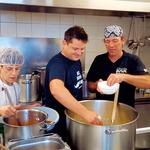Luka Jezeršek: Pred dopustom pomagal v ljudski kuhinji Pod strehco (foto: Goran Antley, osebni arhiv)