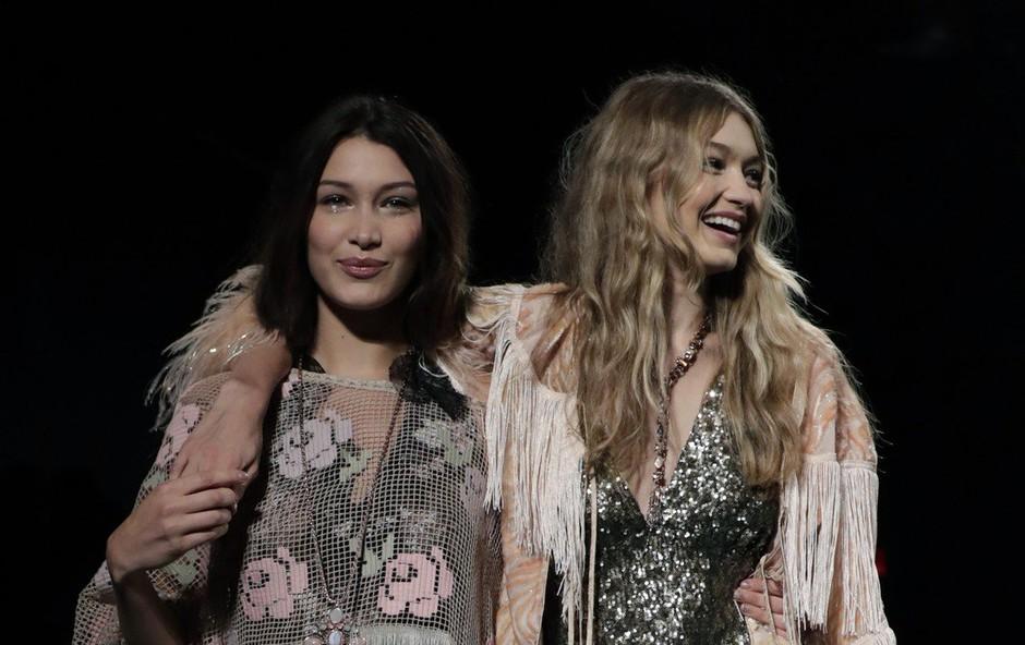 Modni teden v NY: Bella pomagala sestri Gigi, ki je izgubila čevelj (foto: Profimedia)