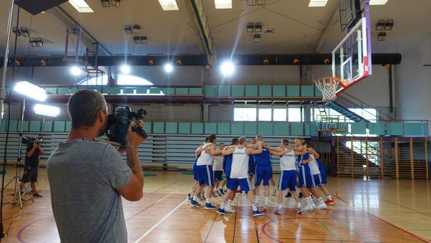 """Neprecenljivo! Ko tudi Anthonyju Randolphu uspe izreči: """"Navijajte za Slovenijo!"""" (foto: Kanal A)"""