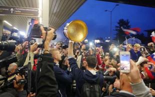 Navijači dočakali košarkarje na Brniku, potem pa še v Ljubljani!