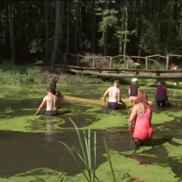 Kmetija: Takole so se tekmovalke v kopalkah lotile čiščenja ribnika!