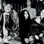 Glasbena elita: December 1978: kitarist Rolling Stonesov Brian Jones, član Beatlesov John Lennon s sinom Julianom in svojo izbranko Yoko Ono, za njimi pa pevec skupine The Who Roger Daltrey.  (foto: Profimedi)