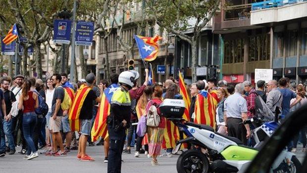 Skupina vidnih osebnosti s peticijo v podporo Kataloniji (foto: profimedia)