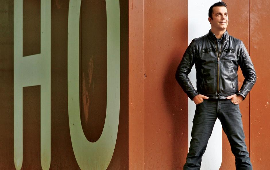 Rok Ferengja v vlogi keramičarja in svetovalca podjetjem (foto: Primož Predalič)