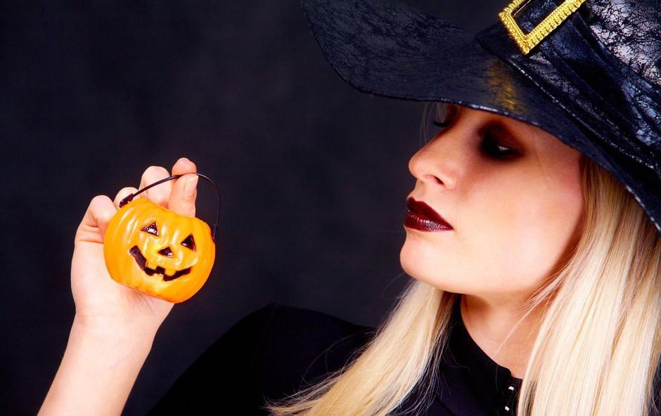 """Najbolj izviren Halloween kostum: Našemila se je v """"zavezanost"""" in pod fotografijo označila vse bivše (foto: Profimedia)"""