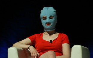 Pussy Riot v novi pesmi nad policijsko državo