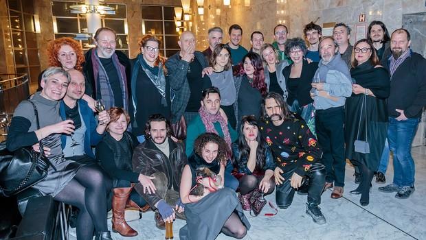 Režiser Paolo Magelli (na sredini) s celotno ekipo ustvarjalcev Galeba. (foto: SNG Press)