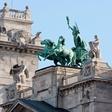 V Budimpešti božične sejme varujejo oklepniki