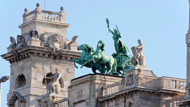 V Budimpešti božične sejme varujejo oklepniki (foto: Profimedia)