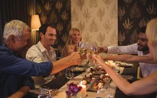 Pogosta dilema: Ali deliti račun za večerjo s prijatelji na enake dele ali naj vsak plača svoje?