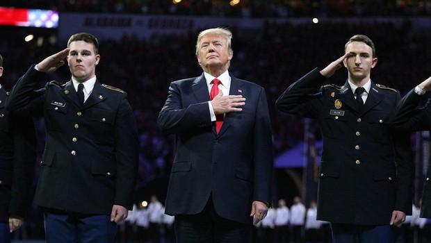 Preverjamo govorice: Ali Trump zares ne zna besedila ameriške himne? (foto: Profimedia)