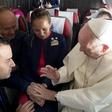 Papež Frančišek na krovu letala poročil stevarda in stevardeso