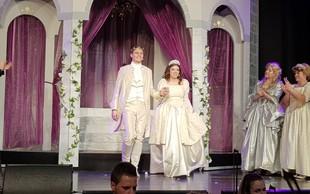 Eno najbolj romantičnih presenečenj: Princ v muzikalu Pepelka čisto zares pokleknil pred Pepelko!