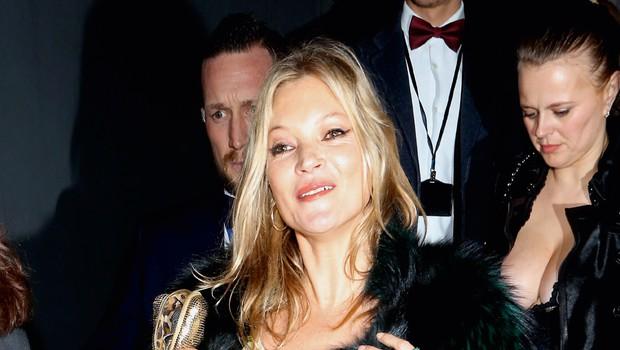 Kate Moss še vedno rada (pre)globoko pogleda v kozarec (foto: Profimedia)