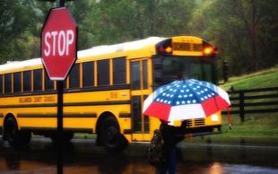 Oče je 10-letnega sina poslal peš v šolo po dežju - za kazen!