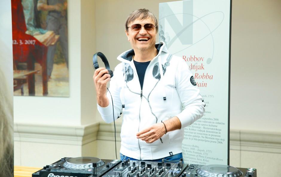 DJ Pero tudi zvečer ne zdrži brez glasbe (foto: Helena Kermelj)