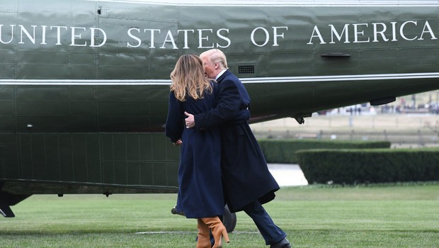 Donald Trump po travniku lovil padajočo Melanio (foto: Profimedia)
