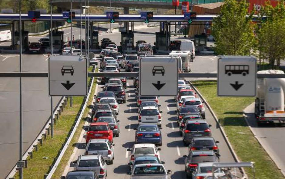 Na cestah so zastoji, na mejnih prehodih s Hrvaško pa čakalne dobe (foto: STA)