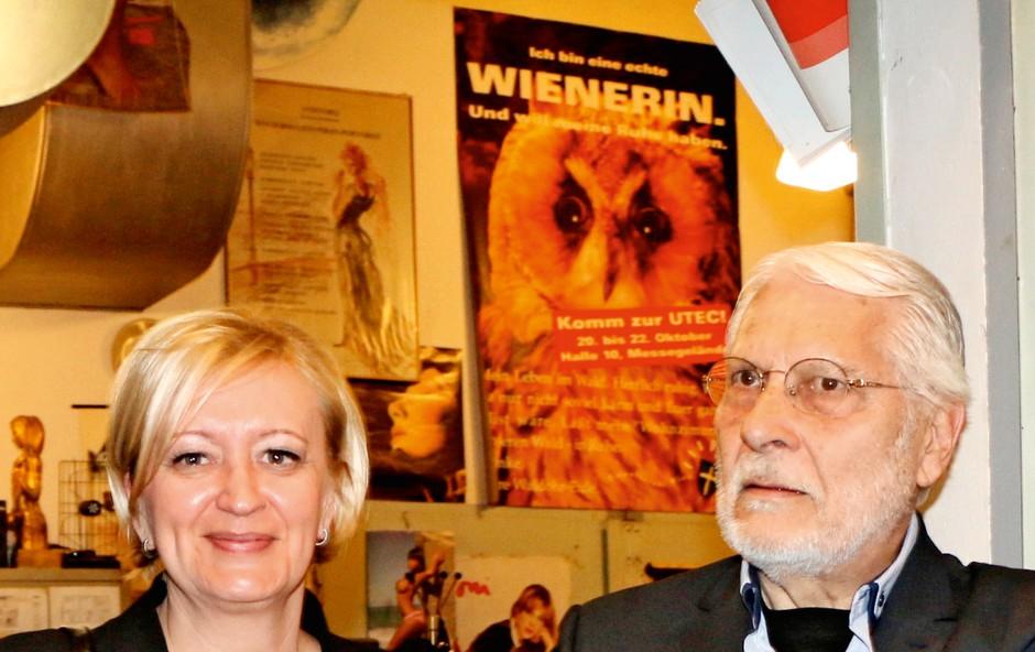 Boris Cavazza in Ksenija Benedetti uživata v mačji družbi (foto: Goran Antley)