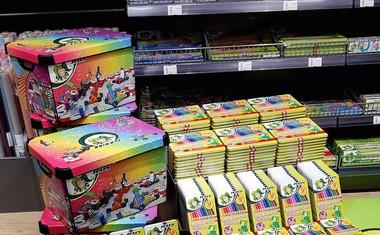 Za otroke zbrali več kot 700 setov barvic