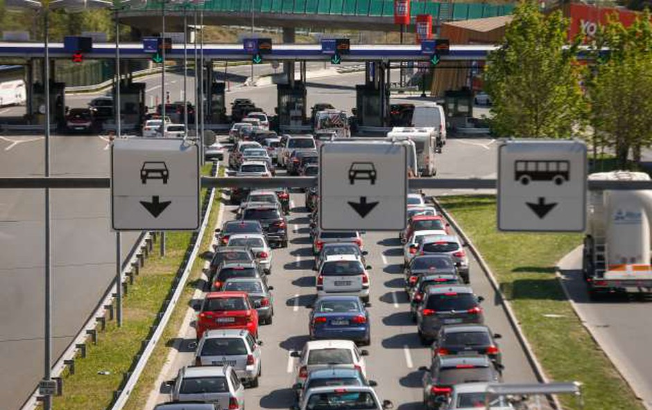 Nič kaj obetavna prometna napoved; zaradi začetka počitnic v tujini je pričakovati zastoje (foto: Anže Malovrh/STA)