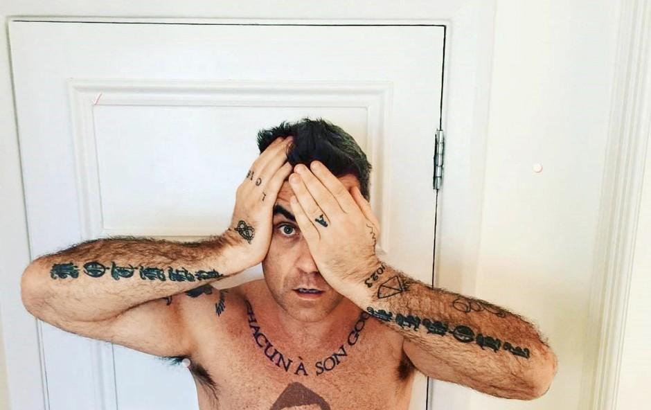 Robbie Williams je presenetil z nenavadno tetovažo (foto: Profimedia)