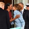 Michelle Obama razkrila, kaj se je skrivalo v modri škatli, ki jo je dobila od Melanie Trump