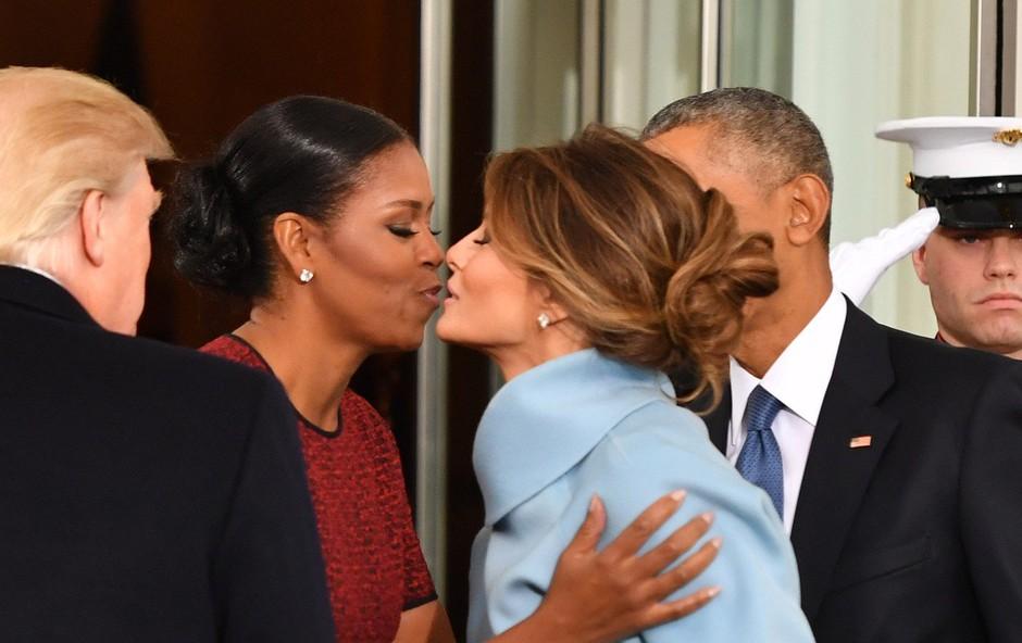 Michelle Obama razkrila, kaj se je skrivalo v modri škatli, ki jo je dobila od Melanie Trump (foto: Profimedia)