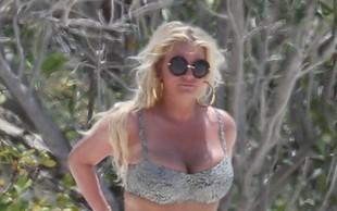 Jessica Simpson na plaži pokazala nakopičene kilograme