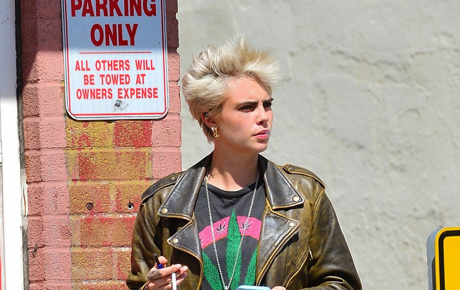 Cara Delevingne se tudi na ulici ne more upreti cigareti (foto: Profimedia)