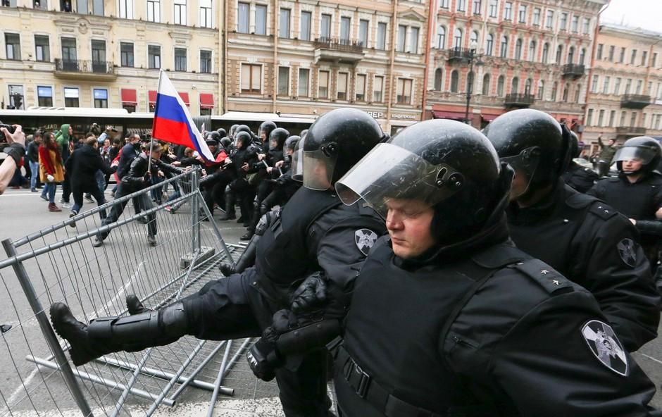 V Rusiji na sobotnih protestih aretirali 1600 oseb, med njimi tudi Alekseja Navalnija! (foto: profimedia)
