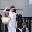 Anne Hathaway sredi ulice tolažila svojega jokajočega sina