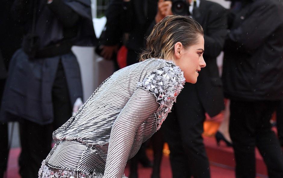 Kristen Stewart v Cannesu bosa na rdeči preprogi (foto: Profimedia)