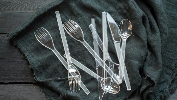 Evropska komisija načrtuje prepoved izdelave in uporabe plastičnega pribora, slamic in drugih plastičnih izdelkov (foto: Profimedia)