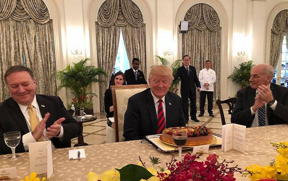 Trumpa je v Singapurju pričakala torta za 72. rojstni dan (foto: profimedia)