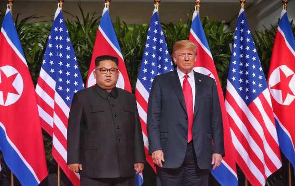 Donald Trump in Kim Jong Un sta se posladkala s čokoladno torto (foto: STA)