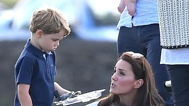 Princ George v rokah držal pištolo, Kate Middleton napadli na družbenih omrežjih (foto: Profimedia)