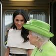 Poglejte si, kako se je Meghan Markle zmedla, ko je čakala, da kraljica sede v avto