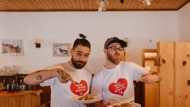 Pohod in kuharski izziv, ki sta bila glavni namen izleta na Gorenjsko, sta oba akterja neslavno zaključila v hladni vodi Bohinjskega jezera. (foto:  Tomaž Kos)