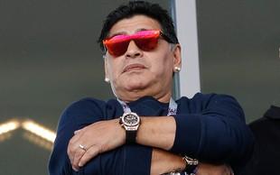 Maradona se je opravičil, ker je na sinočnji tekmi na tribuni kadil cigaro!
